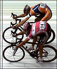 Pieter Weening beats Andreas Kloden in a photo finish