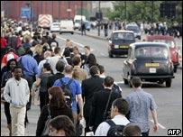 Londinenses caminan de vuelta a casa