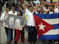 Partidarios de Hugo Ch�vez exhiben en Caracas una foto de su presidente con su hom�logo cubano, Fidel Castro.