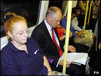 El alcalde de Londres Ken Livingstone en el metro londinense.