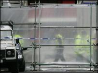 Agentes de policía revisan uno de los lugares de los atentados