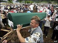 Гробы опускают в землю