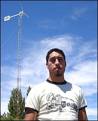 Marcos Nahuelhual junto a un aerogenerador en la Patagonia