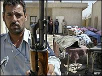 Miembro de la seguridad iraquí impide tomar fotografías de los obreros en el hospital de Bagdad