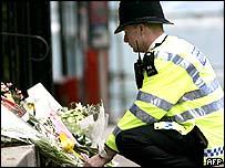Policeman lays flowers