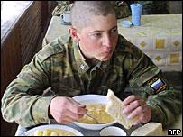 Солдат за обедом