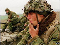 Солдат курит