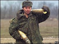 Солдат несет снаряды