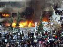 La embajada incendiada.