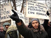 Manifestantes musulmanes protestan frente a la Embajada de Dinamarca en Londres.