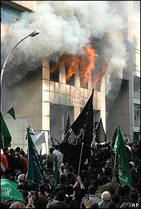 Turba incendia embajada de Dinamarca en Beirut, Líbano.