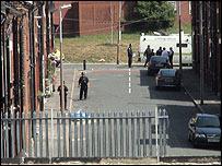 Policías en el operativo en Leeds