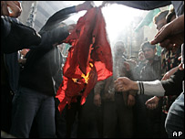 Protesters burn Danish flag in Beirut, Saturday 4 February 2006