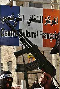 Radical con arma al frente de un centro cultural francés en Cisjordania.