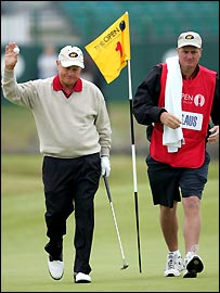 Jack Nicklaus, with his son and caddie Steve, acknowledges the crowd