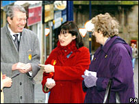 Trade and Industry Secretary Alan Johnston (left) and Labour candidate Catherine Stihler (centre) talk to locals on Dunfermline High Street