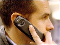Человек говорит по сотовому телефону