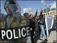La policía vigila protestas en Afganistán.