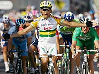 Robbie McEwen celebrates victory on Stage 13