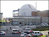 Manifestación ambientalista frente a un reactor nuclear.