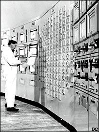 Sala de control de un reactor nuclear británico en la década de 1960.