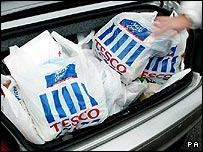 Customer packs Tesco shopping into their car