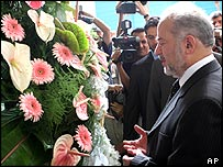 Iraqi PM Ibrahim al-Jaafari pays his respect at the shrine of Ayatollah Ruhollah Khomeini
