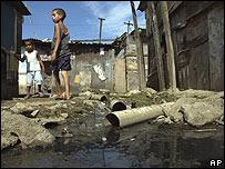 Niños brasileros caminando en Cidade de Deus, en Río de Janeiro.