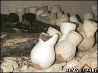 Sarc�fagos y tinajones encontrados en la tumba.