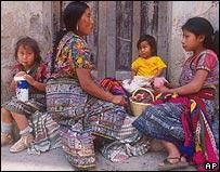 Familia indígena en Guatemala.