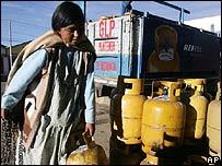 Mujer ind�gena y cilindro de gas.
