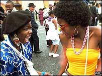 Mujeres bailan en Sophiatown.