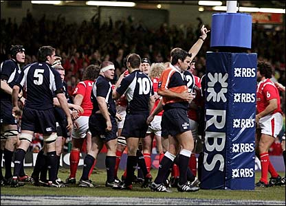 Referee Steve Walsh signals the penalty try under Scotland's posts
