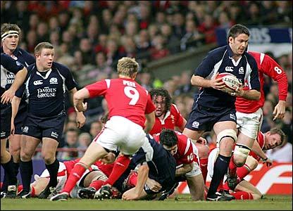 Scott Murray (right) makes a break for Scotland