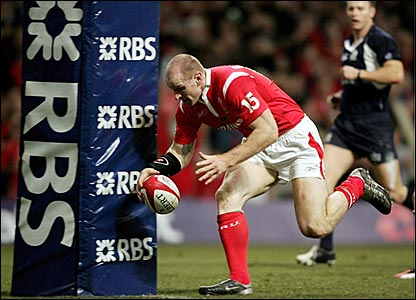 Gareth Thomas touches down after collecting his own chip through