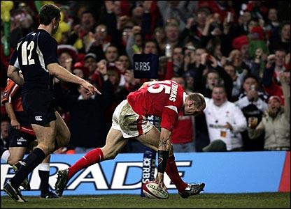 Gareth Thomas scores his second try