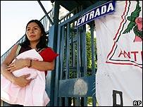 Mujer salvadore�a frente a un hospital en huelga