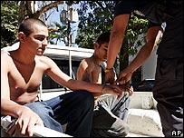 Presuntos miembros de una pandilla detenidos en San Salvador