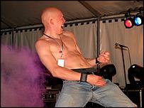Hombre haciendo mímica de guitarra.