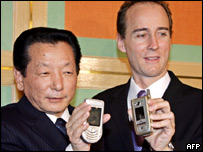 Sanyo executive Takenori Ugari and Nokia Japan president Tyler McGee