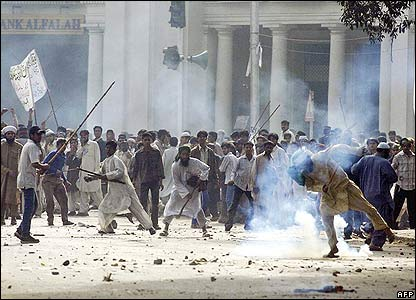 Demonstrators clash with police in Lahore