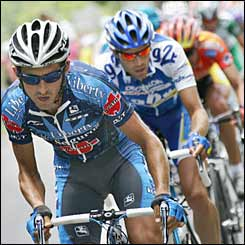 Spaniard Roberto Heras (Liberty Seguros/Spa) tries to break away from the pack