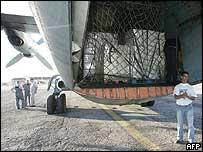 Un avión llega a Níger llevando ayuda.