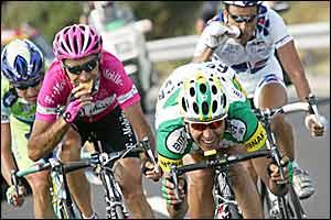 Giuseppe Guerini grabs something to eat as he chases down Oscar Pereiro Sio