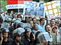Riot police and protesters at a Kifaya demonstration