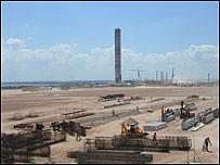 Vista de la construcción de la planta de Botnia, una de los dos papeleras que se construyen en Uruguay.