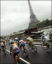 Riders go down thwe Seine on their way to Paris