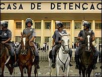 Policía brasileña frente a la cárcel de Carandiru en Sao Paulo