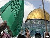 Флаг ХАМАС рядом с мечетью