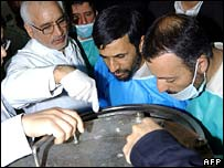 President Mahmud Ahmadinejad (centre) visits Natanz nuclear facility